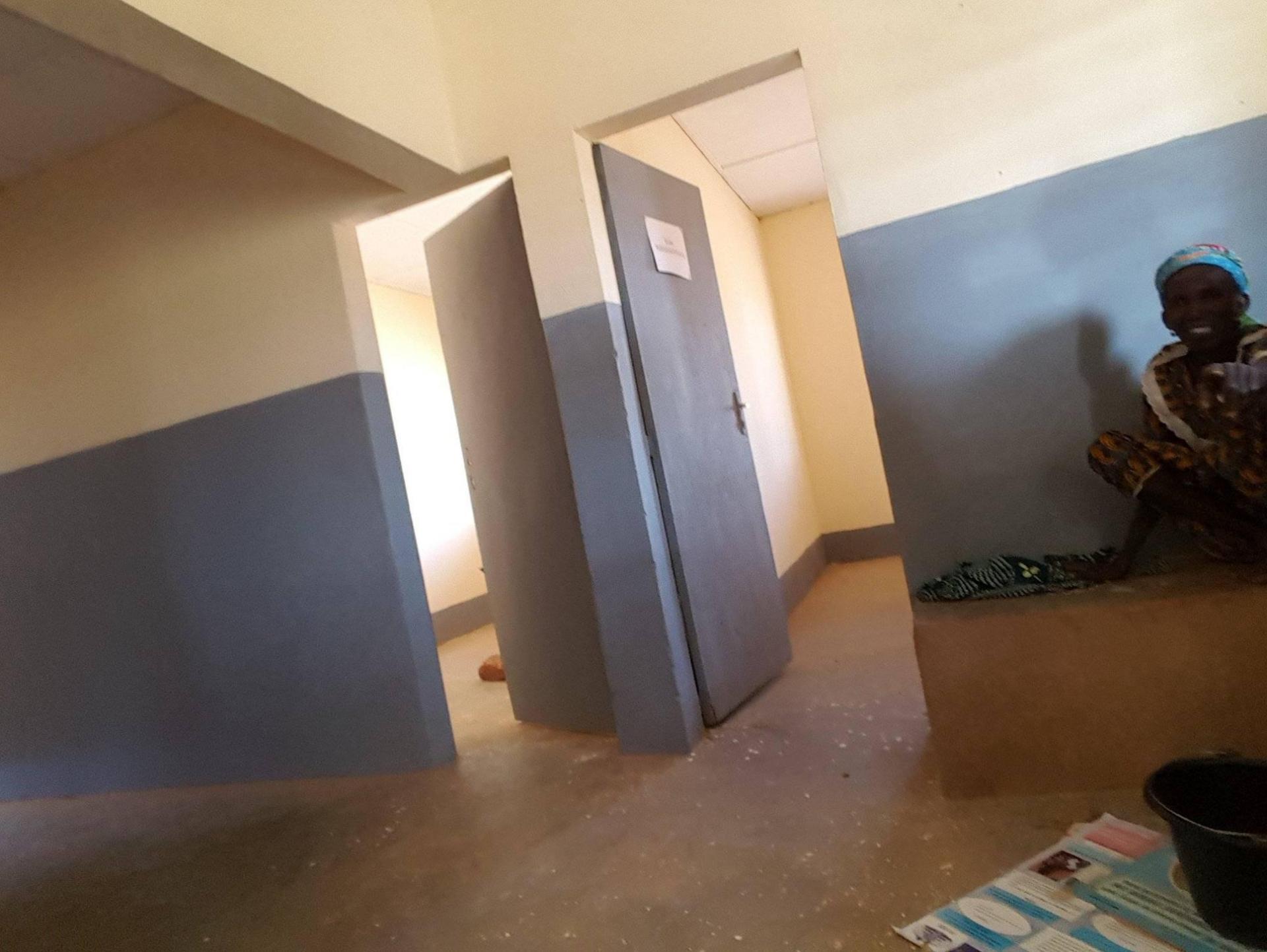 Peinture des salles et couloirs de la maternité.