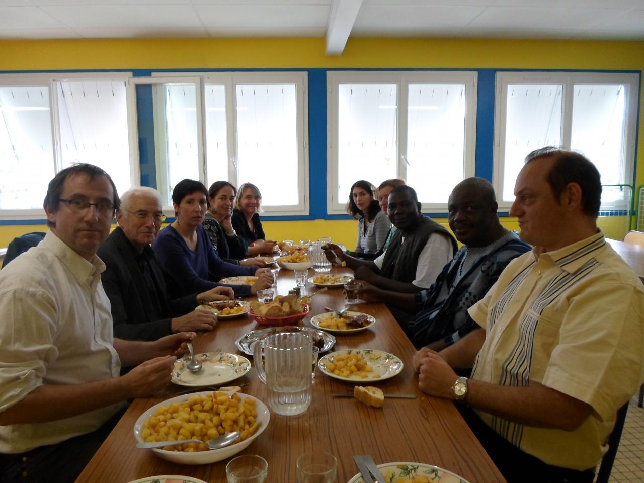Repas en commun à la cantine de l'école de Polminhac