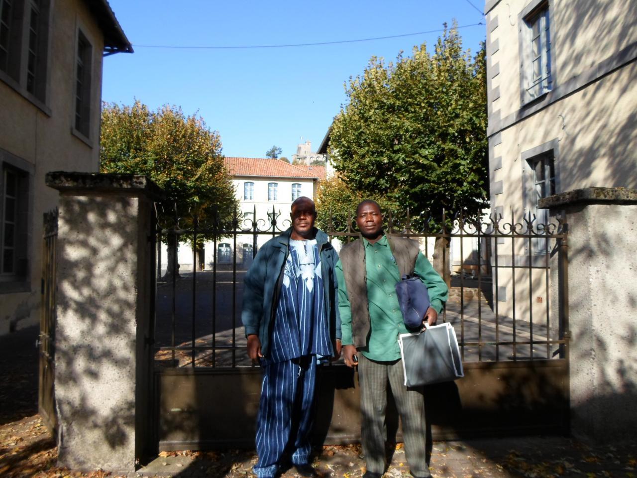 Devant l'école d'application des Frères Delmas- Aurillac