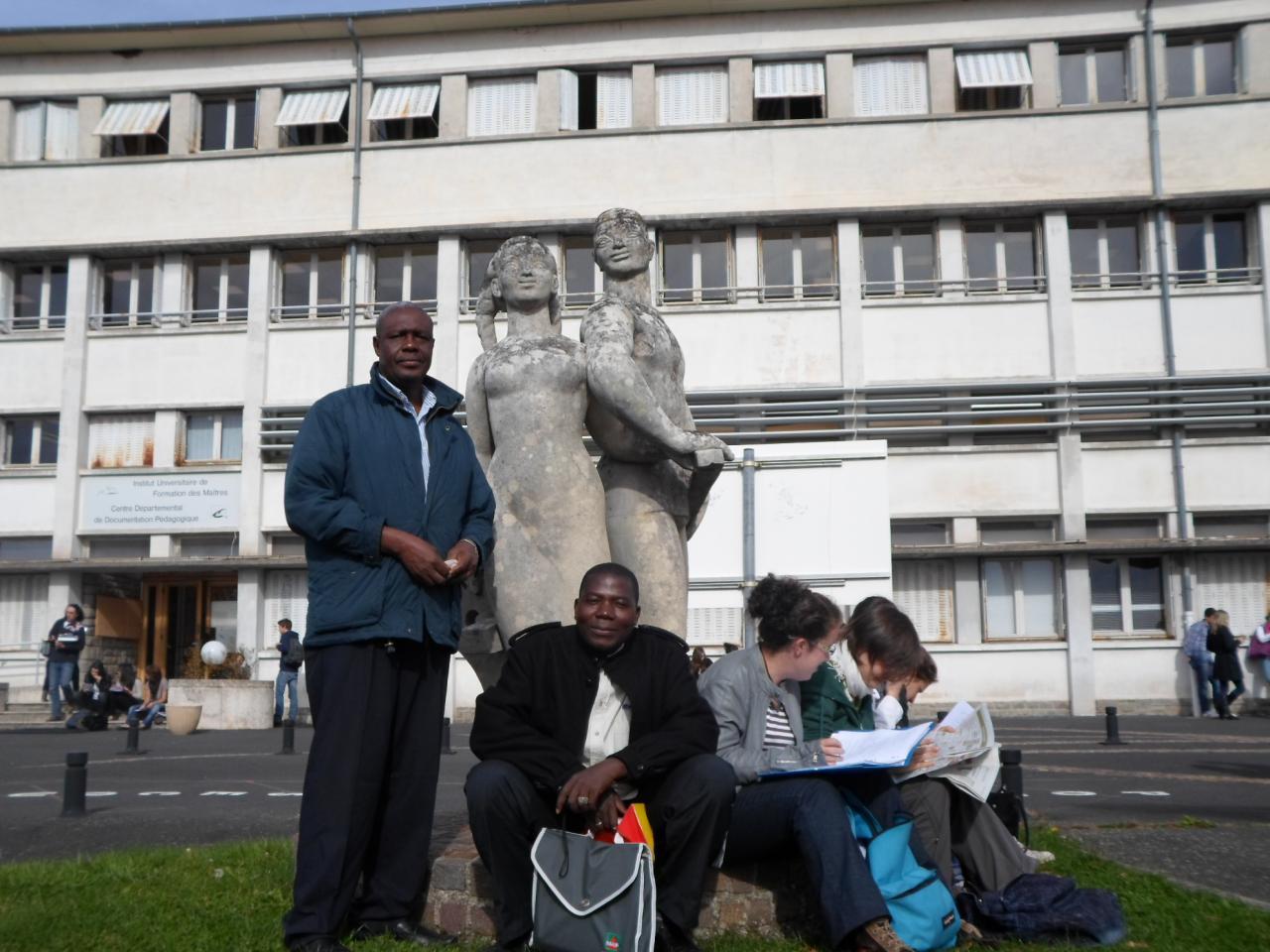 Devant l'IUFM du Cantal ( Institut de formation des maîtres)